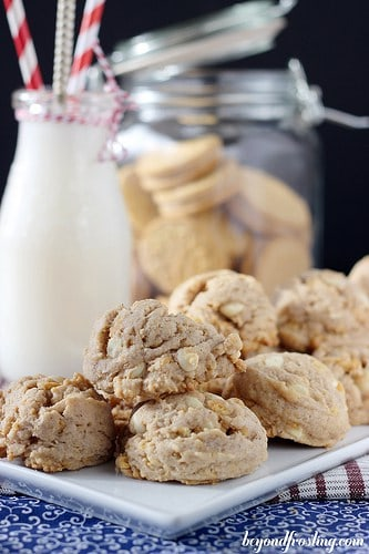 White Chocolate Gingerbread Oreo Cookies   beyondfrosting.com   #gingerbread #oreos #cookies