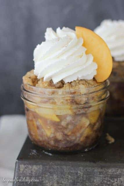 Peach Maple Walnut Crisps with Champagne Whipped Cream. These individual jars make the perfect serving for picnics!