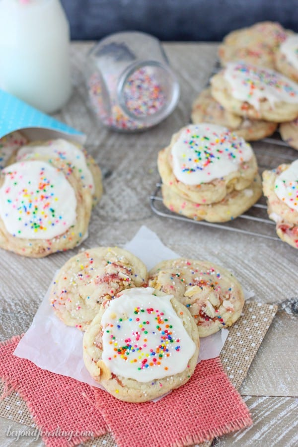 Gimme one of these Frosted Strawberry Pop Tart Cookies!