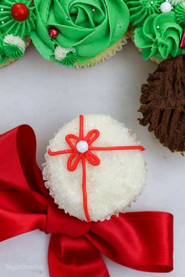 Easy cupcake decorating idea to look like a present